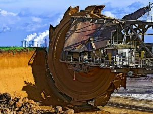 Largestexcavator eats away the earth to search for coal